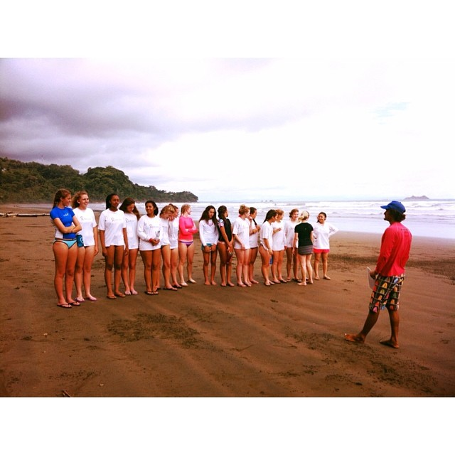 That's a whole lotta girls @glateens #surflesson #costarica
