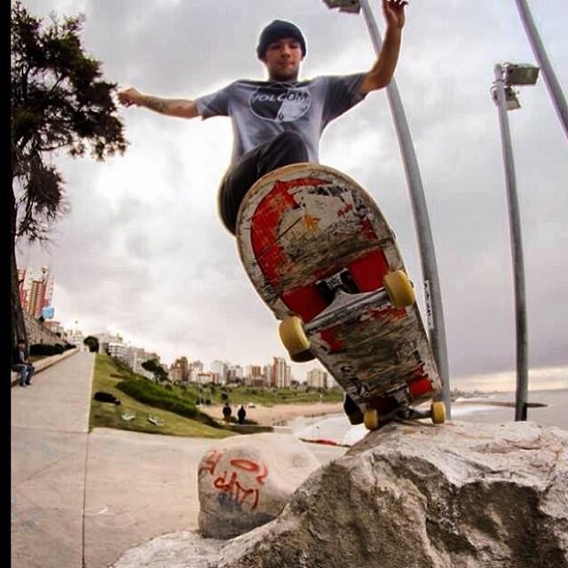 Mar del Plata, Buenos Aires y un tremendo Pivot Fekie de @sandromoral #skate #Volcomfamily #Volcom #SandroMoral