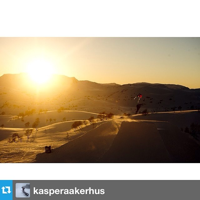 #Repost from @kasperaakerhus with a killer sunset shot in his #freesoul10's. --- Got this epic PC from @vegardbreie! #tb from our shoot at Haukeli | @roxaboots @smithoptics @elanskis