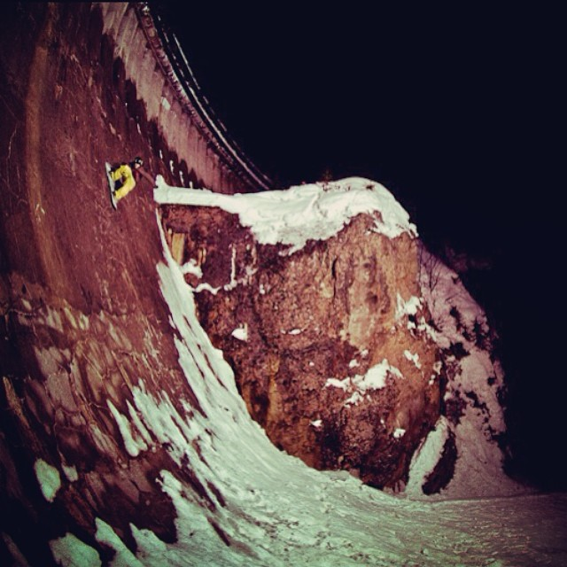 Wall ride, Dam! @patrickpitter #snowboard #wallride #thriving