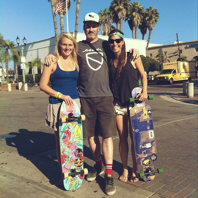 These two lucky ladies @amandapowellskate & @valeriakechichian run into skater legend and artist @tempster_returns in Huntington Beach. Thanks for the pic and the introductions @wheelbasemag! This was rad #longboardgirlscrew