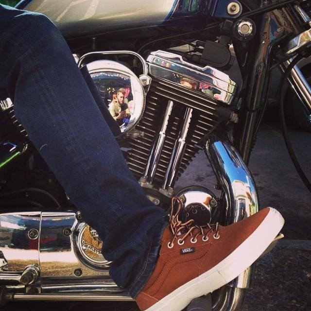 @chuismaneiro motorizado y luciendo sus Vans Gilbert Crockett