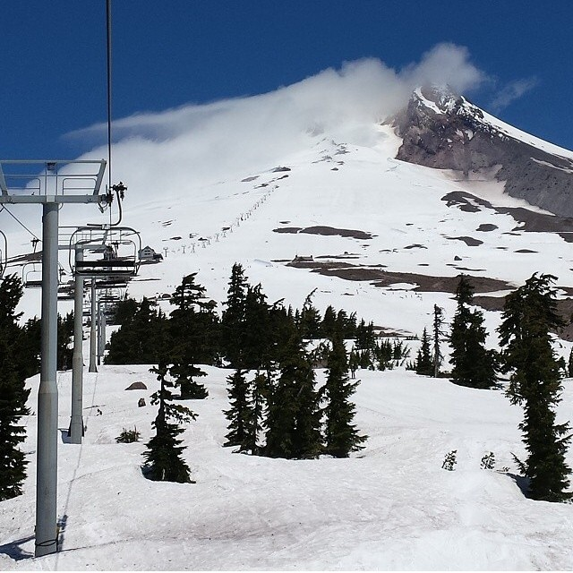 One of those all time, #SummerShred days @timberlinelodge on #MtHood . Park laps with @jakeaaronson1 . Conditions are prime! #BringYoSunscreen