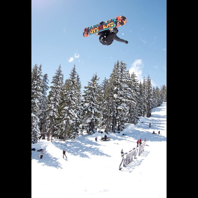 The @ride7springs feature was a highlight of #superpark18 and @greydinsgram was landing some super smooth alley oops during one of the sessions. Check our edit on www.snowboardermag.com ,and www.smokinsnowboards.com #forridersbyriders...