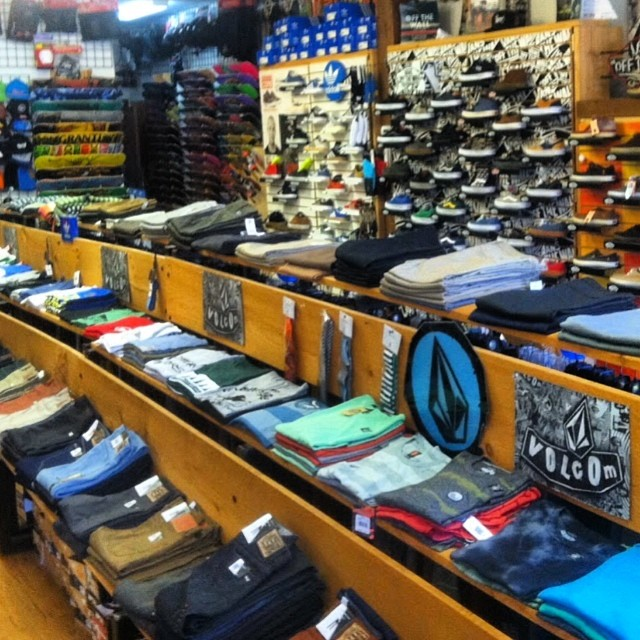 All you NH locals, next time you pop into @pioneers_board_shop check out the Surf Right tees they are carrying. It's awesome to work with these folks! #coldwaterthreads #coldwatersurf #pioneers #surfshop #retailer #like #love #tees #pinesnotpalms...