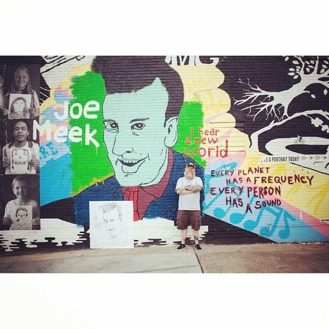 Los créditos de este mural que tiene como protagonista al productor Joe Meek van para @movetk #artevans