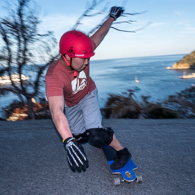Not every top downhill racer can bust out a nice toeside standup, but lookin good Mr Shikaze.  @zenshikaze  #FR7 #toeside #slide #freeride #catalina #helmet #islandlife