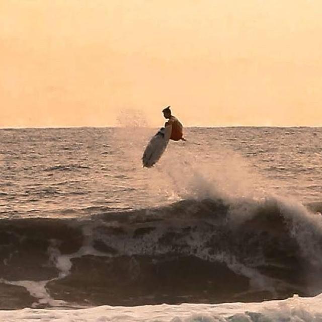 Fin de tarde en Santa Teresa con Sebastian Ventura! Ph: Gary #soul #surfing #sunset #reefargentina