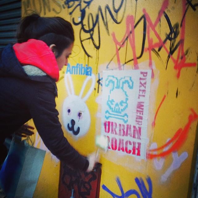 Actitud UR ⚓️❤️#streetart #pasteup #arteurbano #urbanart #graffiti #wall #wheatpaste #girl #rad #bunny #evil #urbanroach