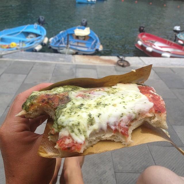 This is Italy // P-I-Z-Z-A #focaccia #cinqueterre #vernazza #mediterraneansea #italy #nomnomnom #localingrediants #fresh #travel #wanderlust #exploremore #eurotrip #ladolcevita