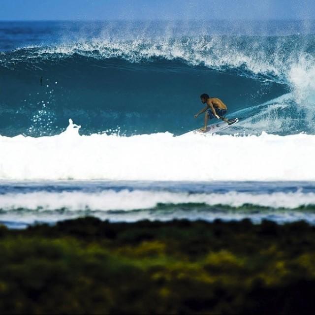 Dylan Graves encontró un buen spot para surfear #vanssurf #surf  Ph. Macfarlane