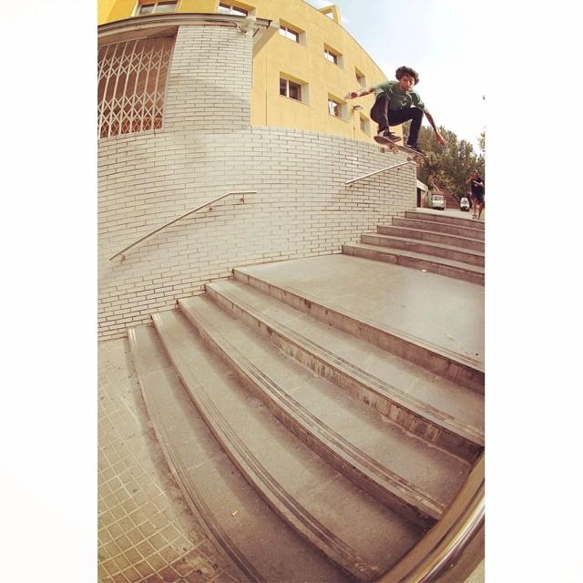 @dariomattarollo y este ollie en una escalera doble clásica de Barcelona, ubicada en Poblesec. #skatevans
