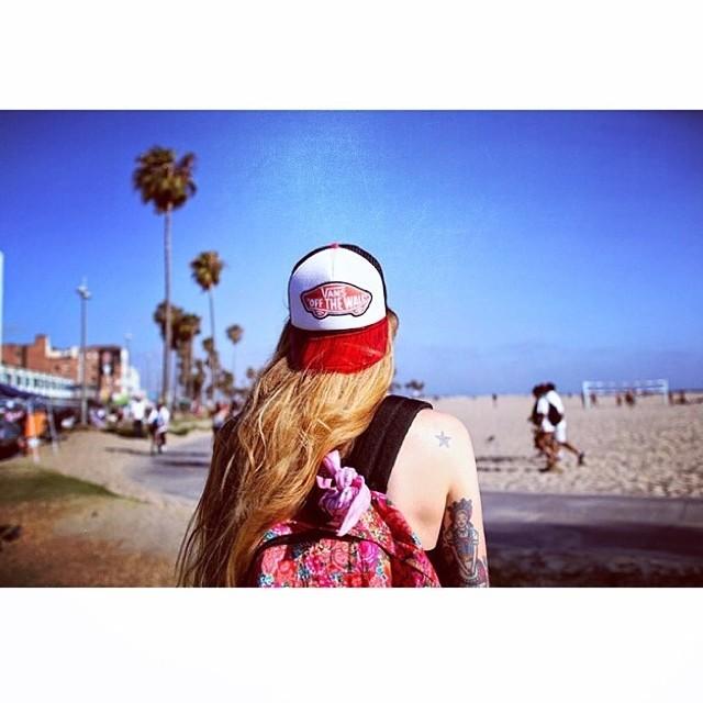 Hola, @esoesmuyflora ¿cómo estuvo LA y qué onda con James Franco? #vansgirls Ph. @natfilippini