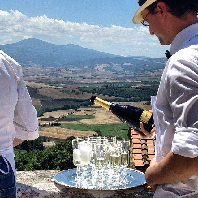 I like what's going on here #toast #prosecco #destinationwedding #pienza #tuscany #italy #travel #wanderlust #lategram