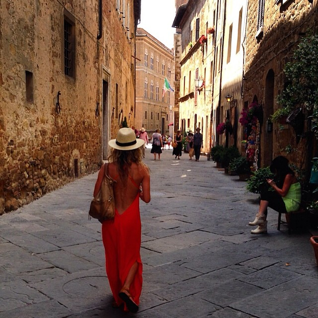 Exploring the Medieval streets of #pienza #tuscany #italy #ootd #nastygal #exploremore #wanderlust #travel #lategram #destinationwedding #nofilter