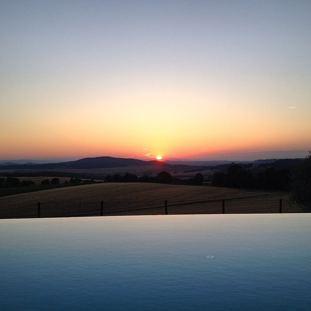 Gonna miss those #tuscany #sunsets - but ready to celebrate the #FourthofJuly on #American soil - we're back in #SanFrancisco #dreamtrip #sunsetchaser #infinitypool #palazzomassaini #travel #wanderlust #exploremore #nofilter #bringonthenextadventure