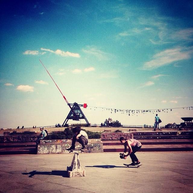 Frontside ollie de @renatodonadei en Plaza Stalin (Praga)  Ph. @kimurajulian