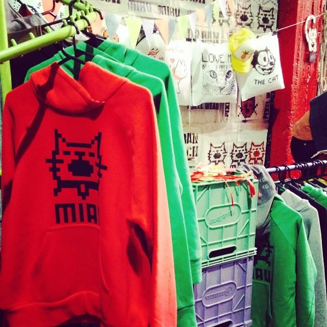 Otra jornada exitosa en la #feriapurrr ❤️#cat #pixelart #hoodie #buzo #stand #feria #sunday #rojo #red #gato #miau