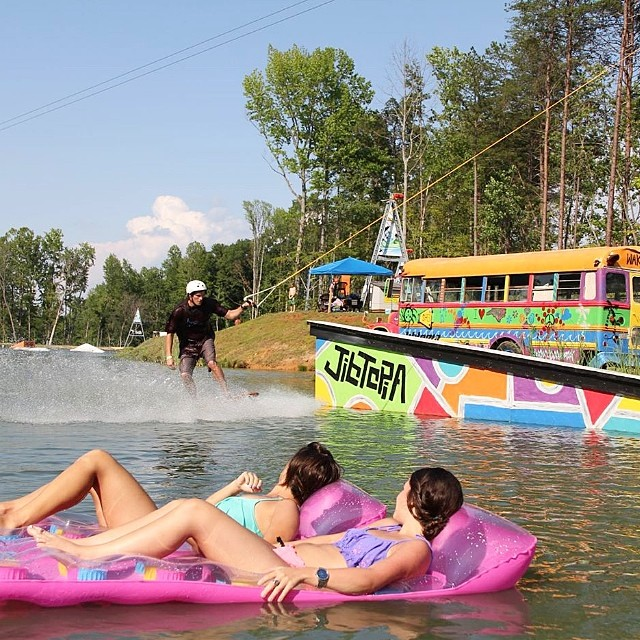 Stoked to be headed back to @jibtopia this weekend! If you haven't been here you are blowing it. Get outside and enjoy // #stzlife #weekendvacay #happyshredding #professionaloutsider #cablepark @dealmc showing the girls the deal