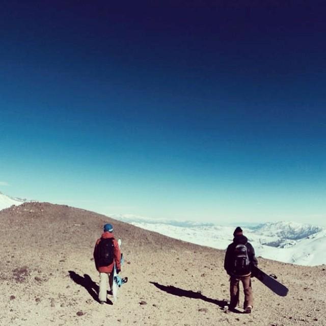 A veces tenemos que atravesar desiertos para buscar lo que queremos. Acá Tomi Orol me acompaña. #vallenevado #chile #sudamerica #snowboarding