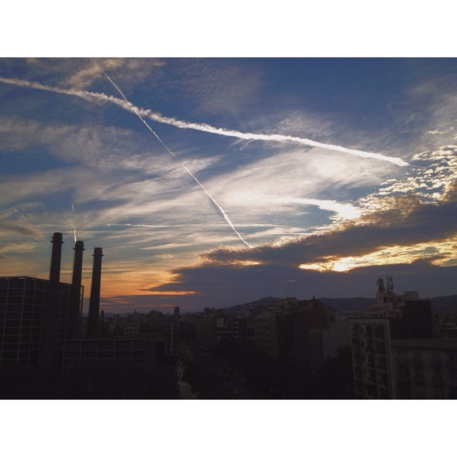 Lindo atardecer desde el balcón de @twinkstpk ✌️ Saludos desde Barcelona, @renatodonadei