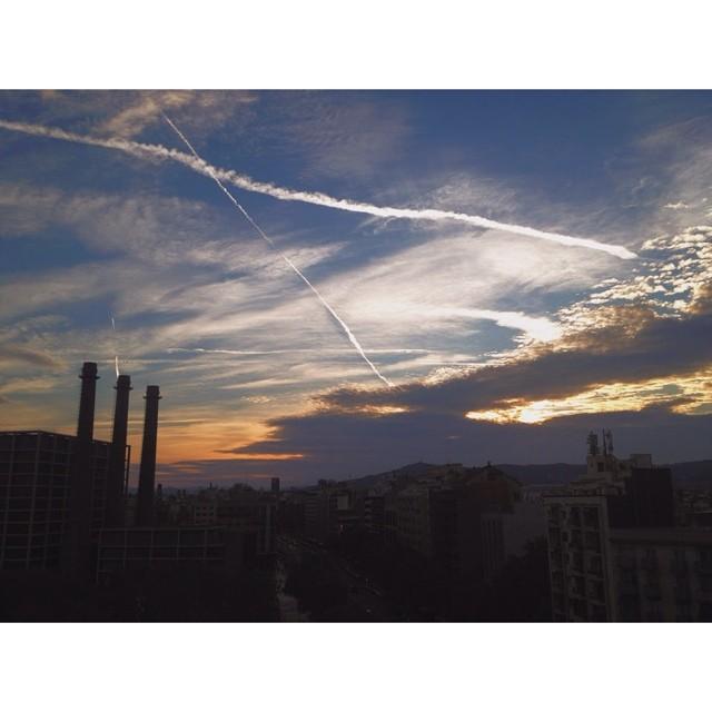 Lindo atardecer desde el balcón de @twinkstpk, saludos desde Barcelona, @renatodonadei ✌️