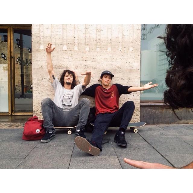 Desde MACBA un saludo de Rena y el Chinito #Barcelona @sandromoral @renatodonadei #volcomfamily #skate #Volcom