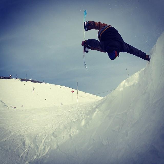 Disfrutando las transiciones naturales del filito en @cerro_chapelco @nikesnowboarding @slashsnow @7veintestore #Emifuentes #argentina #sudamerica #snowboarding #handplant