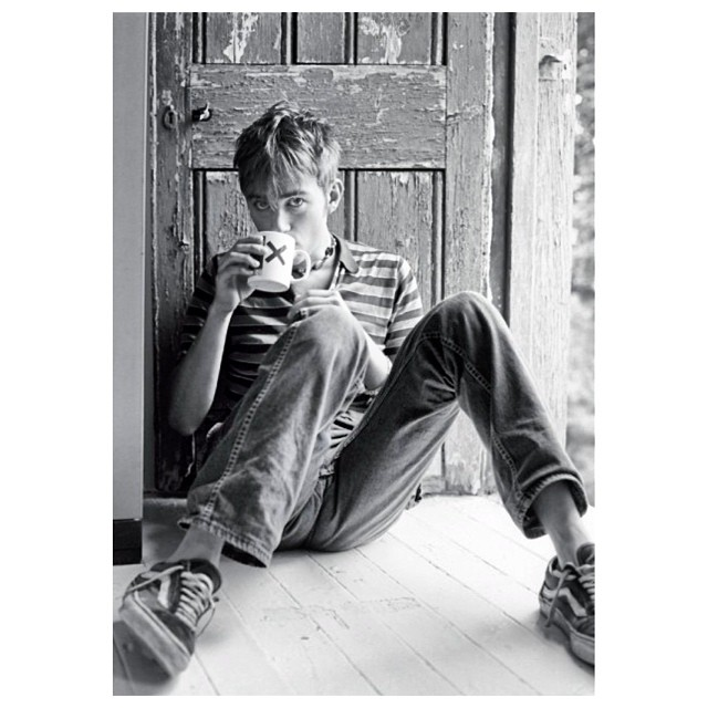 Joven Damon Albarn, coffee and TV. #musicavans #oldskool