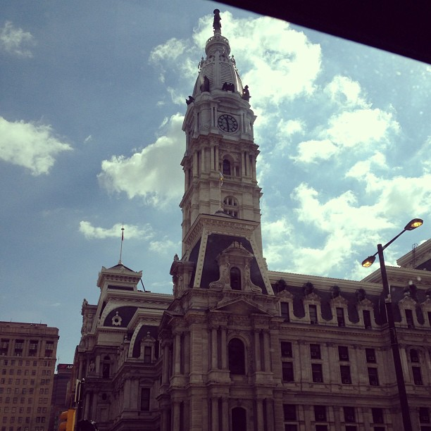 Downtown Philly via the back of the taxi #mikevick #cheesesteaks #wheelinanddeelin #itssunnyoutside