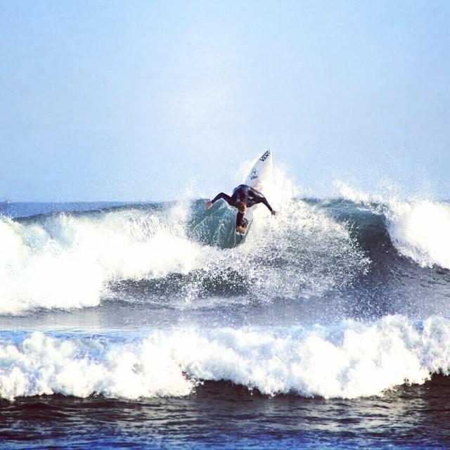 ¡Vaya @julianiturralde con ese roller en las olas de Lobitos (Perú)! #surf #vanssurf