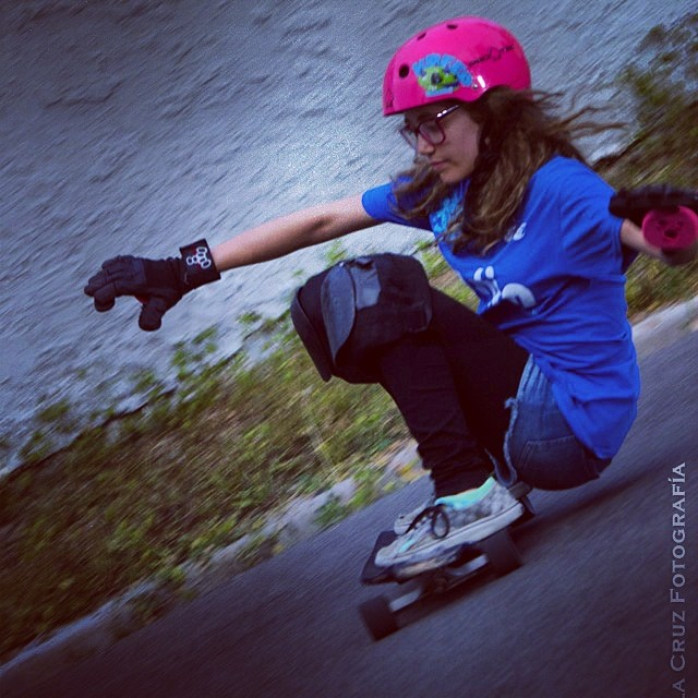 @carlafaxass from @delpatiolongboarding switch 180 squats and some bubblegum steez ! Pic thanks to @el_delacruz