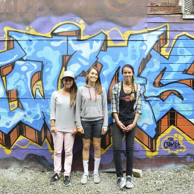 Gave the team a tour of @cblmixedmedia 's art studio while in #Vancouver and snapped this shot against the building's cool graffiti @ameliabrodka @huntahlong  @justyce_tabor #xsteam #parkerstreetstudios #girlswhoskate