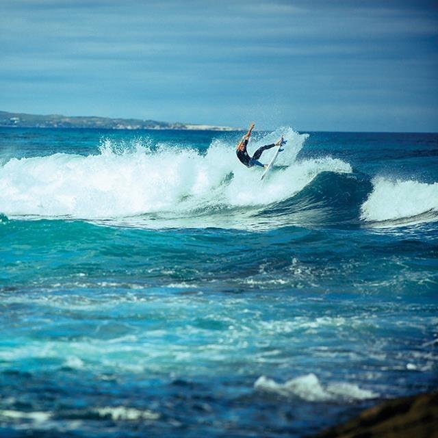 Libre como un pájaro. @ottz16 PH: Nick LaVecchia Photography #soul #surfing #waves #reefargentina