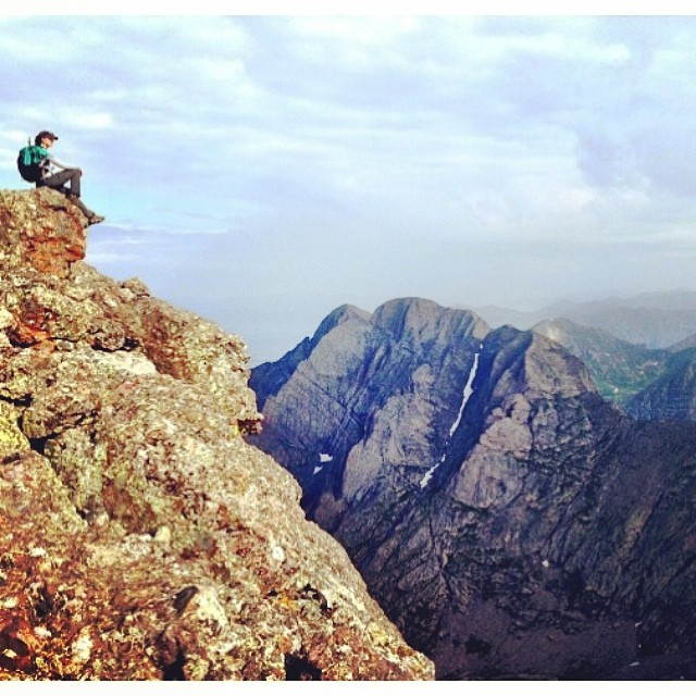 "#Mountainlifeco #MountainWomen #Wednesday featuring @taradactyl02 #mountainclimber & all around #dirtbarbie #Wednesdays we celebrate our #mountainlifeco #rad #outdoorwomen who love to push limits in the #mountains #adventuress pro ""What's Your..."