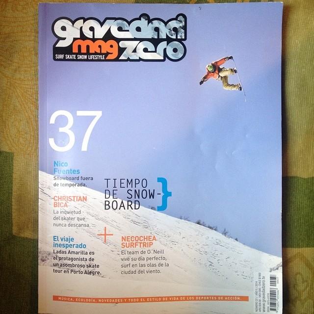 Portada en GZ Mag!!!! @gravedadzerotv en @cerro_chapelco. Foto por @julianlausi @nikesnowboarding @slashsnow @7veintestore