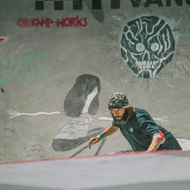 Tony Alva, leyenda viviente del skate, ayer pasó por la pista del #vandoreninvitational. Con sus 56 años dio una clase de estilo y se aguantó unos cuantos golpes.  Foto: @matiaspisani  @vans #vansusopen #skate #skateboarding #tonyalva #focused