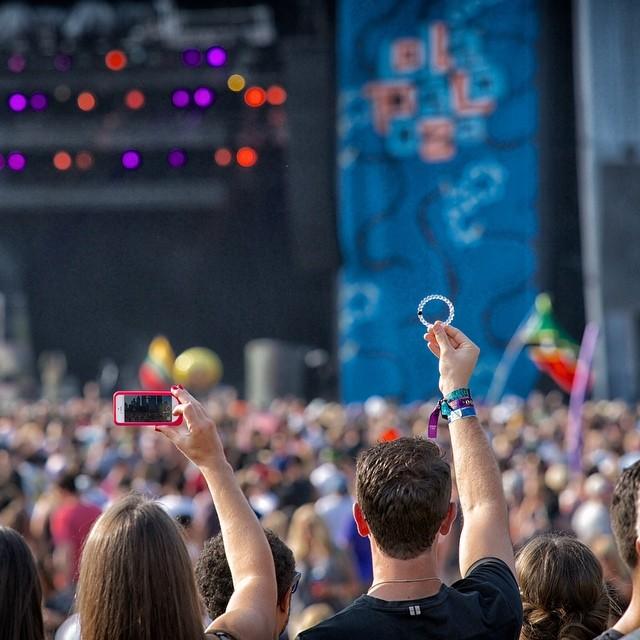 Throw em up. Enjoy the last day of #lollapalooza! #livelokai