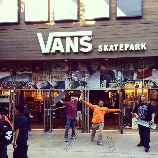 Vinimos al Skatepark  en Orange,CA.  donde se hace la #vanspoolparty para filmar el último capítulo de la series de vídeos de @dariomattarollo por #usa