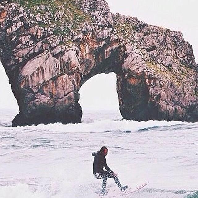 Postal de @kepaacero surfeando las olas de San Juan de Gaztelugatxe. ◢◥◣◢◥◣◢◥◣◢◥◣ ◢◥◣◢◥◣◢◥◣◢◥◣ #soul #surfing #waves #reefargentina