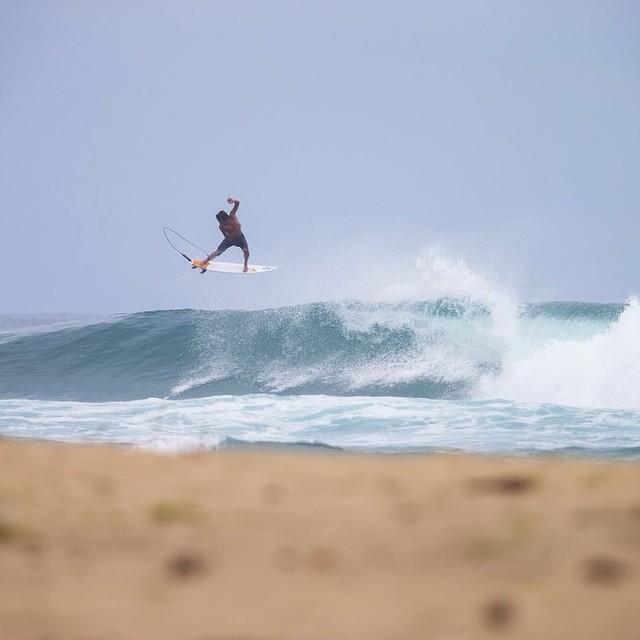 Gracias a todos los que votaron ayer Carlos Muñoz avanzó a Semi Finales!!! VOTA HOY para que @munozcali quede solo a un paso competir contra los mas grandes del surf mundial!!!! Link en bio de @volcomlatam ( http://vol.cm/wildcardz ) #votecarlos...