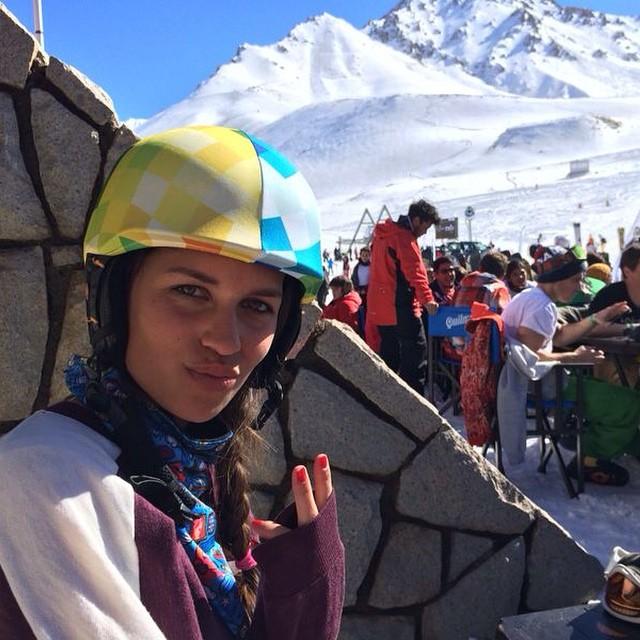 Genia @sophiie_bg nos mando la foto con su #bilohelmets disfrutando del mejor viaje a #laleñas organizado por @thegreenparrotco todos los años!! #gpwinterbreak #vestitucasco