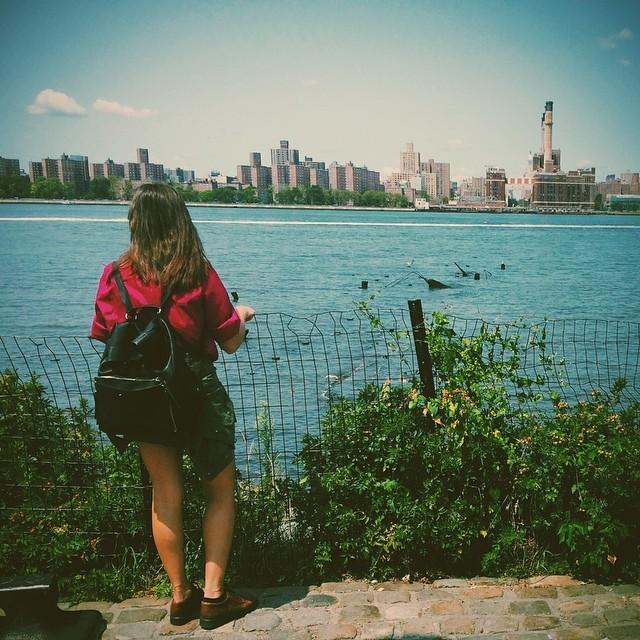 Ayer vimos a Future Island en la #houseofvans y hoy estamos recorriendo #brooklyn. Ella es Lu la fotógrafa ganadora del #classicbuenosaires 2013 disfrutando de una vista increíble de nyc. Vas a participar de la adición 2014?