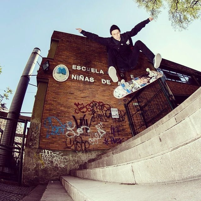 ¿Tirate un qué? Tirate un nollie heelflip, @perinapow  #skate #vansskate Foto: Mateo Rudd