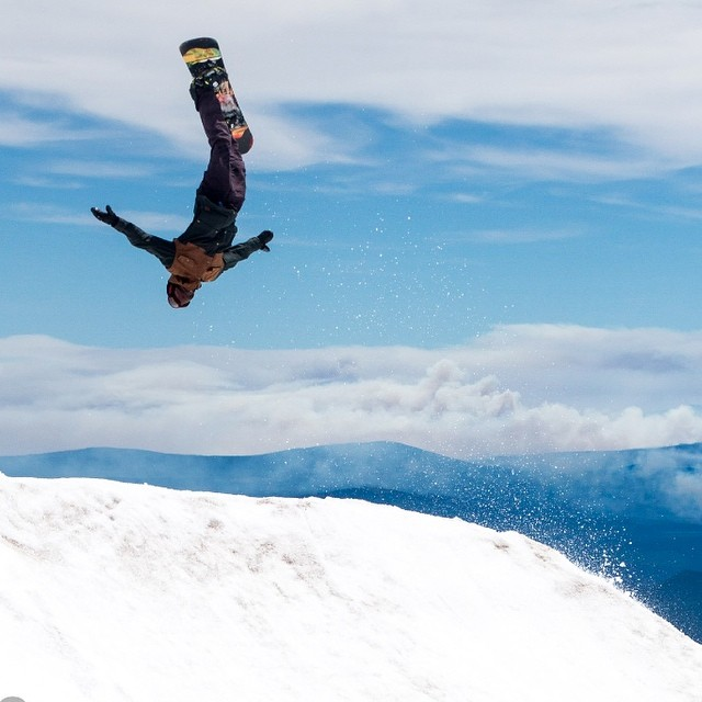 @minnesnowtafrost closing out his summer on #MtHood @windellscamp . Laid Back #summershred #diggers @romesnowboards |