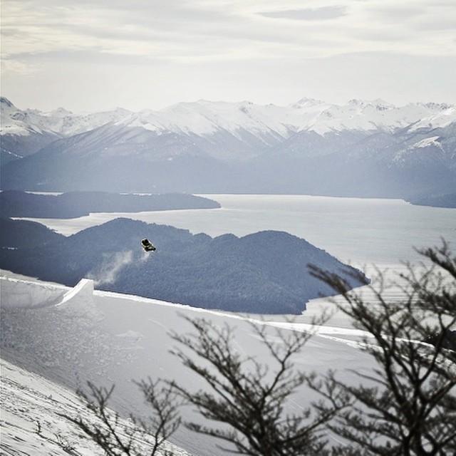 Tremendo vuelo de @manu_dominguez en Bariloche !! Foto: @juancruzureta #komunidadsnow #vanssnow