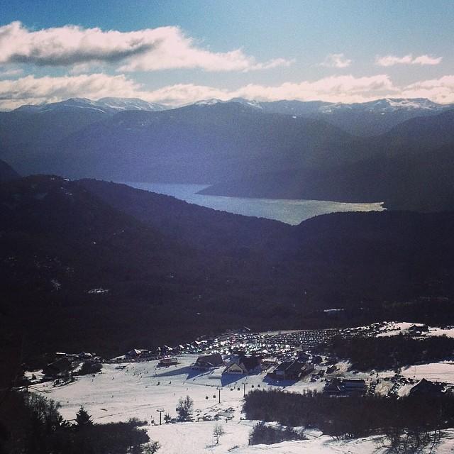Volviendo a la base de @cerro_chapelco después de un día increíble de nieve polvo y sol. #sanmartindelosandes #patagonia #sudamerica #snowboarding