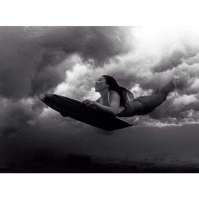 @sdcalhi flying beneath the surf on her wood paipo • #sarahleephoto #duckdive #paipo