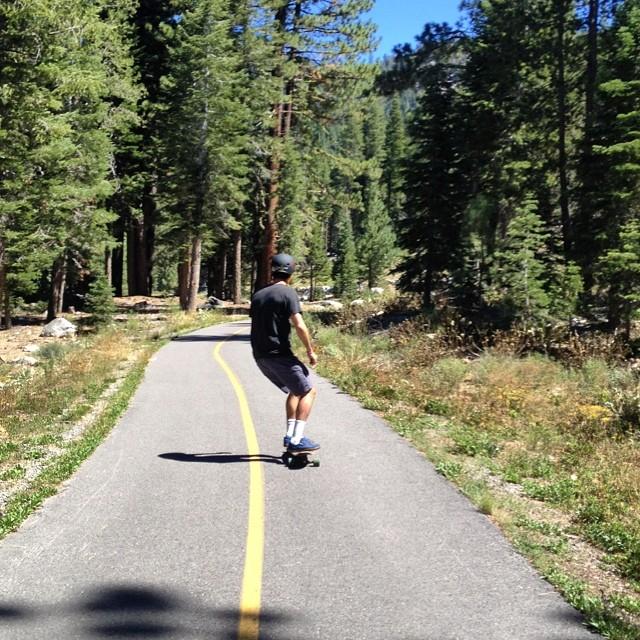.@mcelberts carving that concrete wave @b4bc @goodpeoplelife #skatethelake #laketahoe #tahoe #skateboarding #longboarding #gobigdogood