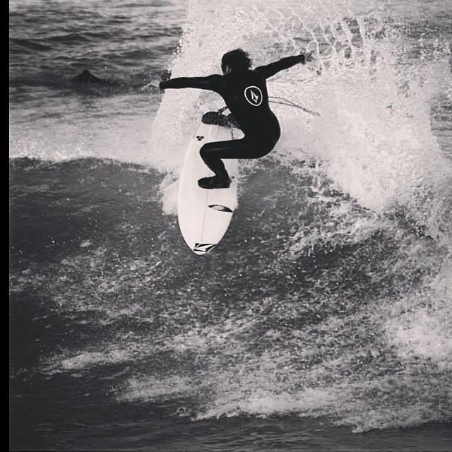 Feli Suárez entrenando en MDQ @felisuarez1 PH: @alfrelapadula #surf #Volcom